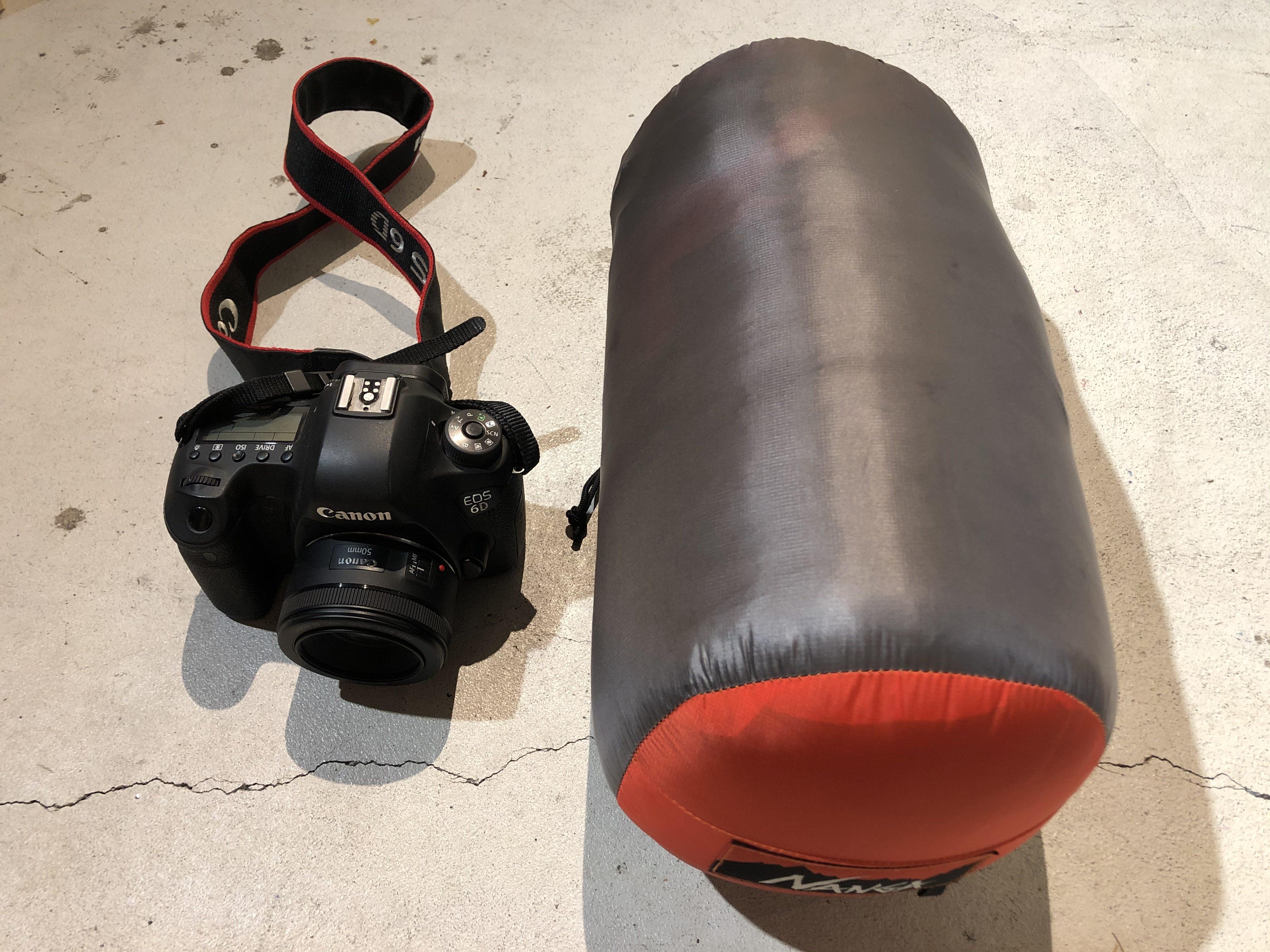 ナンガ オーロラライト600DX 仕舞寸法を一眼レフカメラと比較