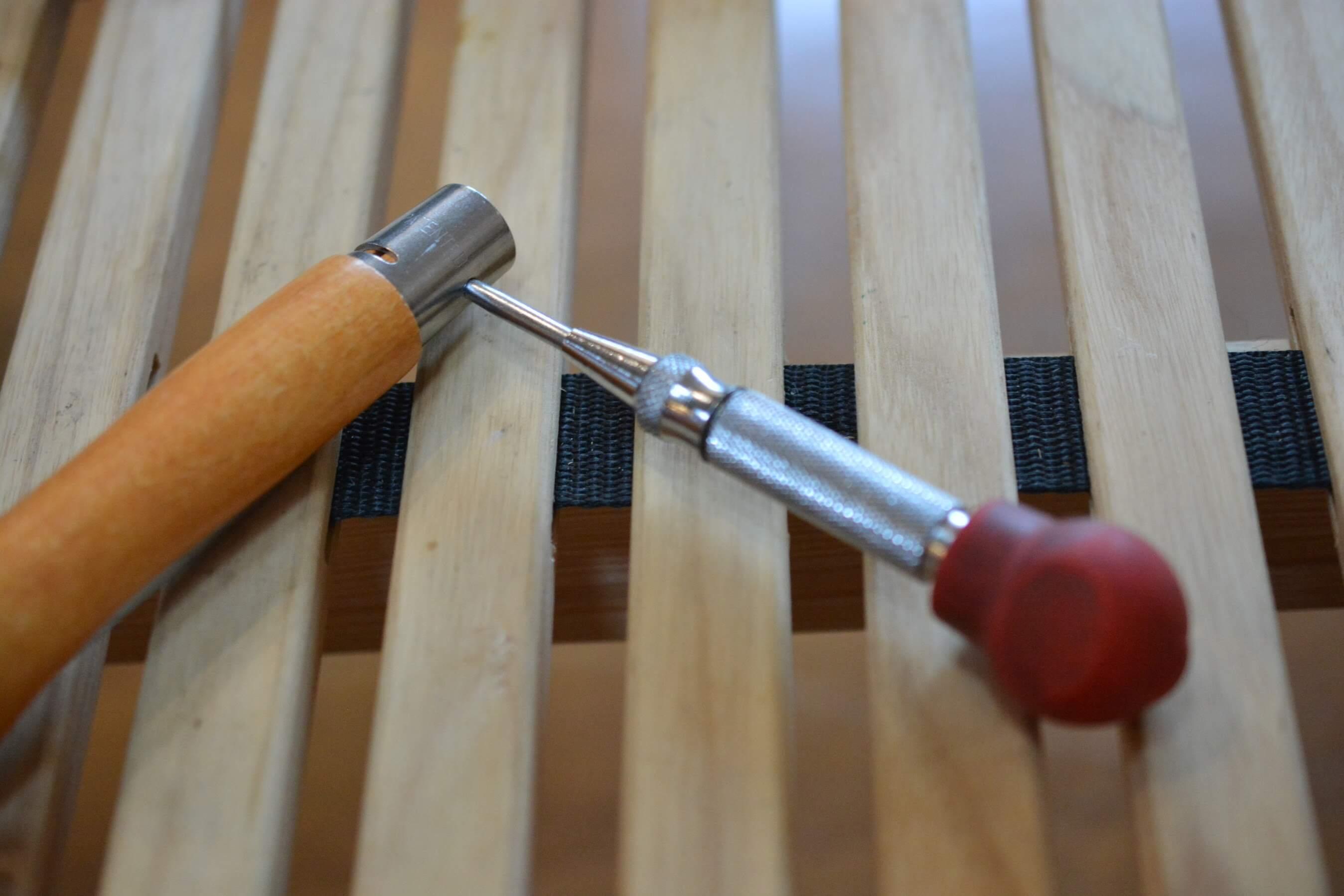 オピネルナイフ No.10 黒錆加工 ピンをポンチで押す