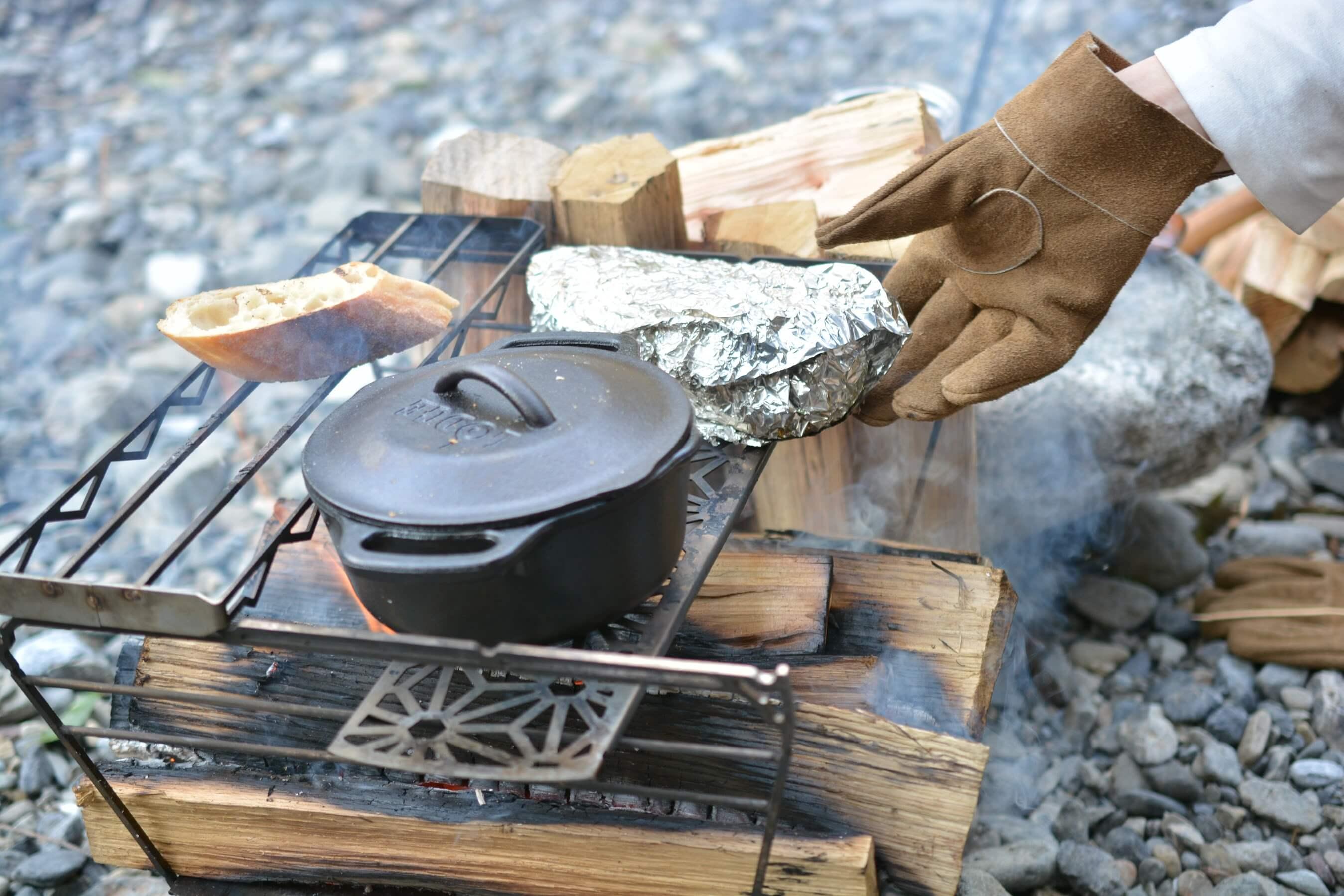 ロッジのサービングポットでチーズラザニア 煮る